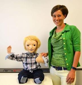 Robot KASPAR en Claire Huijnen